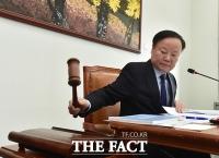 [TF포토] 추경 관련 회의 주재하는 김재원 위원장