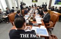 [TF포토] 코로나19 대응 위한 추가경정예산안 회의 주재하는 김재원 위원장
