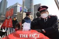 [TF포토] 마스크 기부하는 장만희 구세군 한국군국 사령관