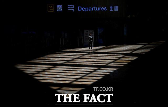코로나19 사태 확산으로 항공편이 급감한 15일 오전 김포국제공항 출국장이 한산한 모습을 보이고 있다. /김포국제공항=이덕인 기자