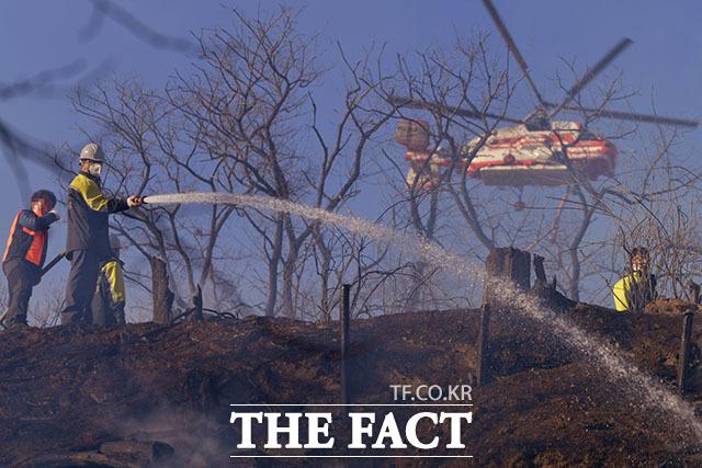15일 오후 인천 연수구 옥련동 옥련국제사격장 인근 야산에서 화재가 발생해 소방관 등 진화 인력이 불을 진압하고 있다. /인천=이덕인 기자