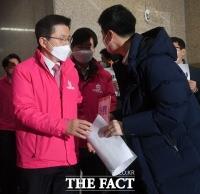 [TF사진관] 당직자들 '항의' 받는 황교안 대표