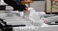 [TF포토] 총선 앞두고 투표지분류기 점검하는 선관위