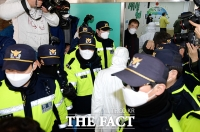 [TF포토] 신천지 현장조사, 내부 들어가는 서울시 관계자들