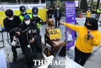 [TF포토] 수요시위 방해로 경찰에 연행되는 개인방송 진행자
