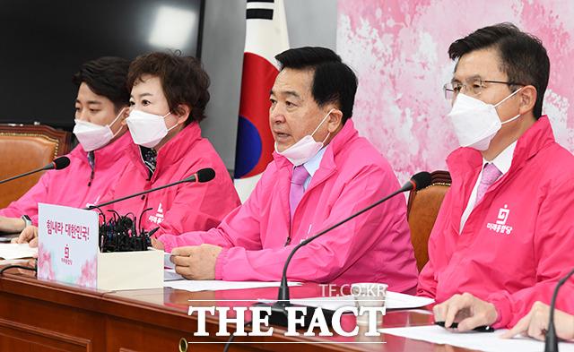 심재철 원내대표(왼쪽 세번째) 모두발언을 하고 있다.