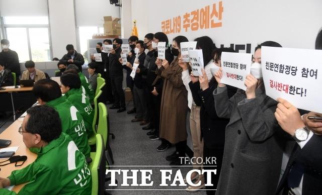 박주현 공동대표는 협상의 여지가 있다고 자신했다. 지난 18일 열린 민생당 최고위원회의에서 비례연합정당 참여를 반대하는 당직자들이 피켓을 들고 시위하고 있다. /남윤호 기자