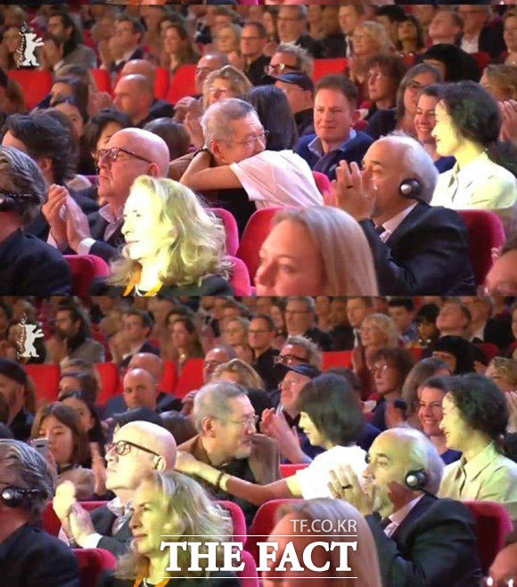 2월 29일(현지시간) 독일 베를린에서 열린 제70회 베를린국제영화제에서 은곰상 감독상이 호명되자 홍상수 감독과 배우 김민희가 서로를 껴안고 있다. /베를린국제영화제 영상캡쳐