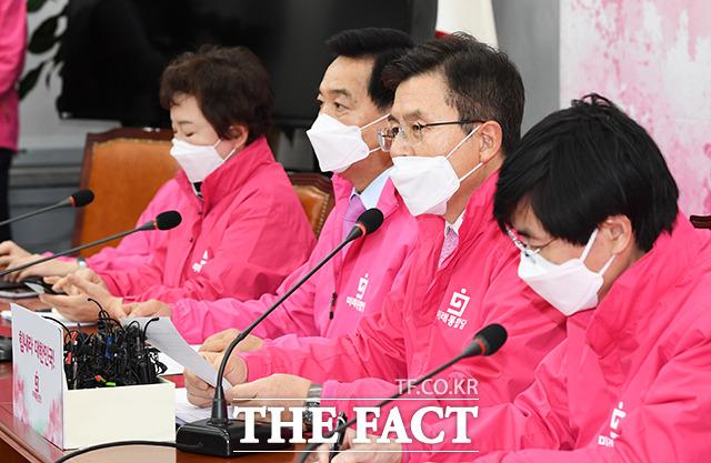 모두발언 하는 황교안 미래통합당 대표(왼쪽 세번째)