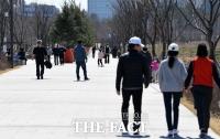 [TF사진관] 완연한 봄 날씨에 산책 즐기는 시민들