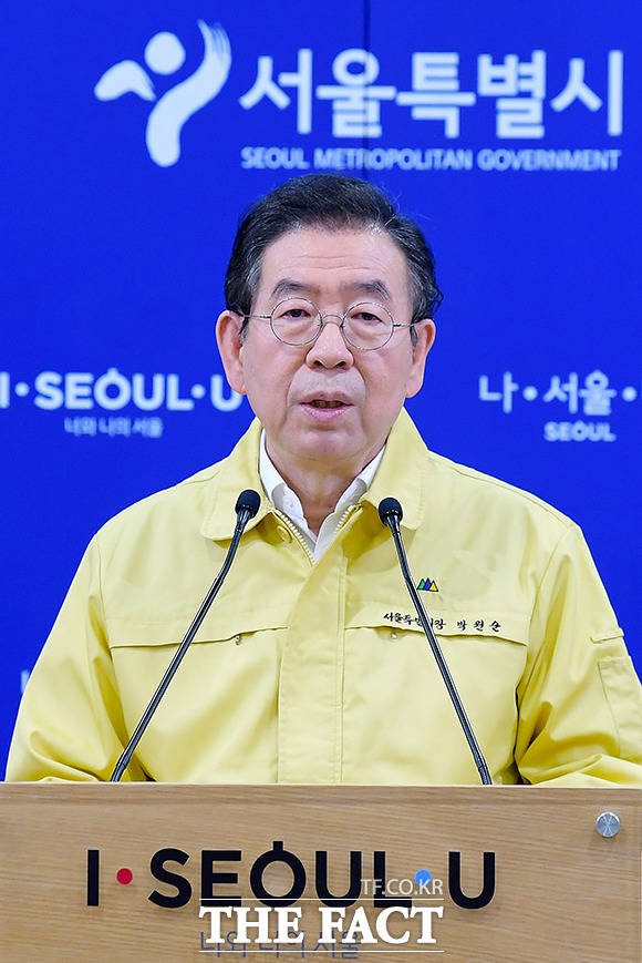 박원순 서울시장은 23일 코로나19 정례 브리핑에서 학원들을 대상으로 방역수칙을 적용한다고 밝혔다. 사진은 박 시장. /더팩트 DB