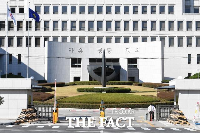 양승태(72·사법연수원 2기) 전 대법원장은 헌법재판소를 상대로 대법원 위상을 강화하기 위해, 헌재에 파견된 법관에게 내부 문건 보고를 지시하는 등 사법행정권을 남용한 의혹을 받는다. 사진은 서울 서초구 대법원. /남용희 기자