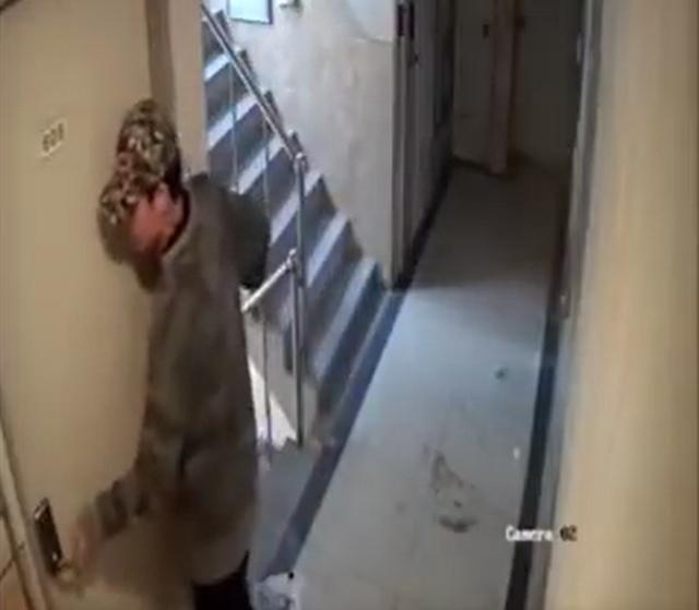 24일 법원은 서울 신림동에서 귀가하는 여성을 뒤쫓아 여성의 집에 침입하려 한 혐의를 받는 30대 남성에 대해 항소심에서도 주거침입 혐의만 인정, 징역1년형을 선고했다. 사진은 지난해 5월 범행 모습이 담긴 CCTV 영상 일부. /유튜브 캡처