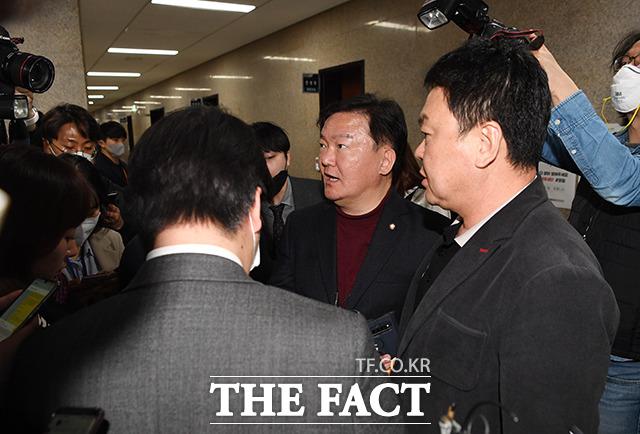 경선 결과 전해들은 민경욱 의원(가운데)