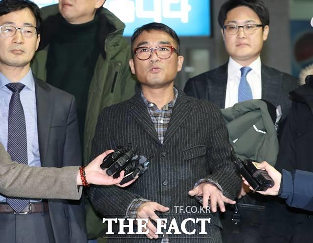 경찰이 성폭행 의혹을 받는 가수 김건모 관련 사건을 검찰로 넘겼다. 사진은 지난 1월 15일 오후 서울 강남경찰서에서 조사를 받고 나온 김건모. /뉴시스