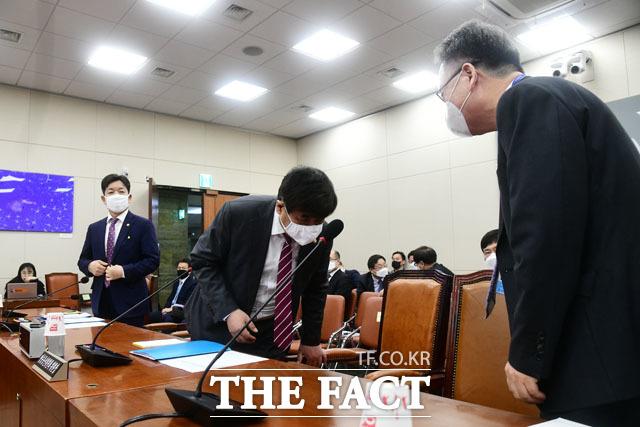 인사 나누는 한상혁 방송통신위원장(가운데)과 강상현 방송통신심의위원장(오른쪽)