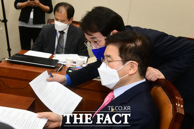 결의안 놓고 의논중인 더불어민주당 소속 이원욱 간사와 미래통합당 김성태 간사