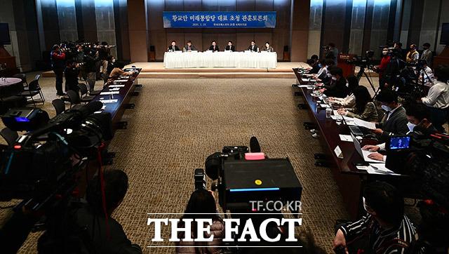 황교안 통합당 대표가 25일 관훈토론회에서 일각의 박근혜 전 대통령 석방 요구와 관련해 전직 대통령 중 가장 오랜 기간 수감생활을 하고 있고, 몸도 아픈 걸로 알고 있다며 찬성한다고 밝혔다. /이동률 기자