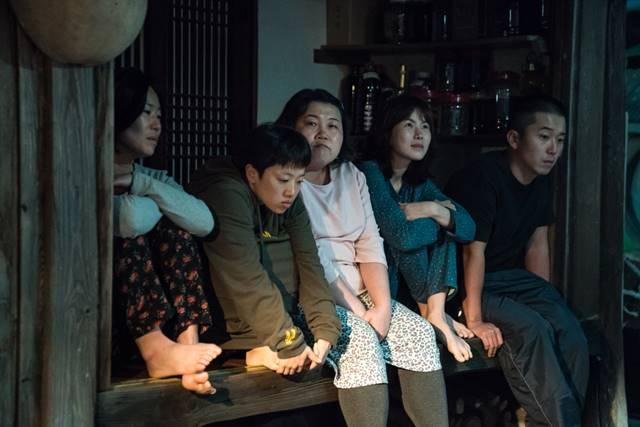 영화 이장은 한국의 가부장제에 대한 이야기를 위트있게 그려낸 작품이다. /영화 이장 스틸