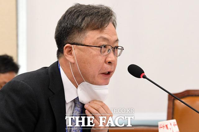 답변하는 강상현 방송통신심의위원장