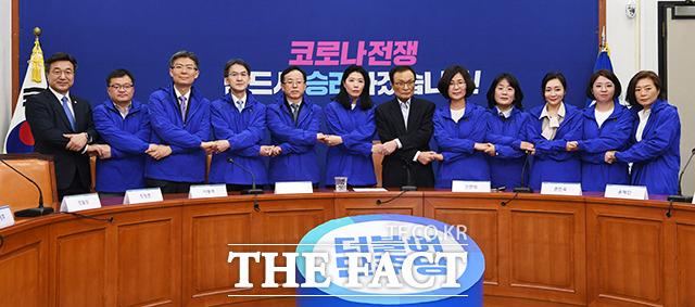 더불어시민당 비례대표 후보자들이 26일 오후 서울 여의도 국회에서 더불어민주당 이해찬 대표(왼쪽 일곱번째)를 예방한 가운데 이 대표와 후보자들이 기념사진 촬영을 하고 있다. / 국회=배정한 기자