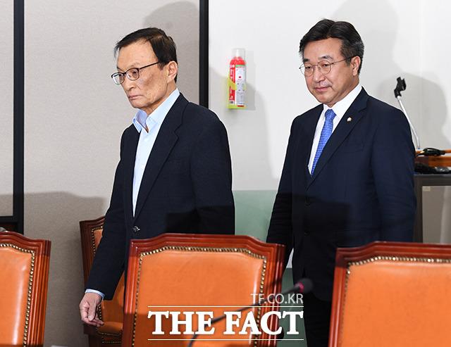 회의실 들어서는 더불어민주당 이해찬 대표(왼쪽)와 윤호중 사무총장