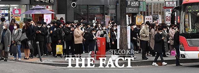 대체적으로 시민들은 사회적 거리두기를 잘 이행하지만 버스와 지하철처럼 대중교통 이용자들은 불가피하게 한 공간에 밀집할 수밖에 없어 코로나19 위험에 노출돼 있다. 25일 퇴근시간인 오후 7시 서울 사당역 버스정류장의 모습.