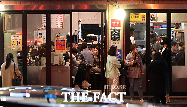 25일 밤 사당동의 한 곱창집에도 인파가 몰리고 있다.