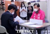 [TF포토] 광진을 후보자 등록하는 오세훈 후보