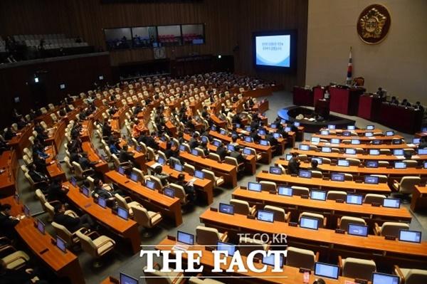 전문가는 중진 정치인이 비례대표 명단에 이름을 올리는 것은 전문가와 소수집단 등의 의회 참여를 높이기 위한 제도 취지에 어긋난다고 지적했다. 지난 2월 18일 오전 서울 여의도 국회에서 열린 본회의 모습. /남윤호 기자