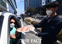[TF사진관] '차 안에서 즐기는 싱싱한 회'...드라이브 스루 도입한 수협