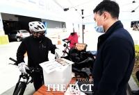 [TF포토] 드라이브 스루, '자전거도 가능해요!'