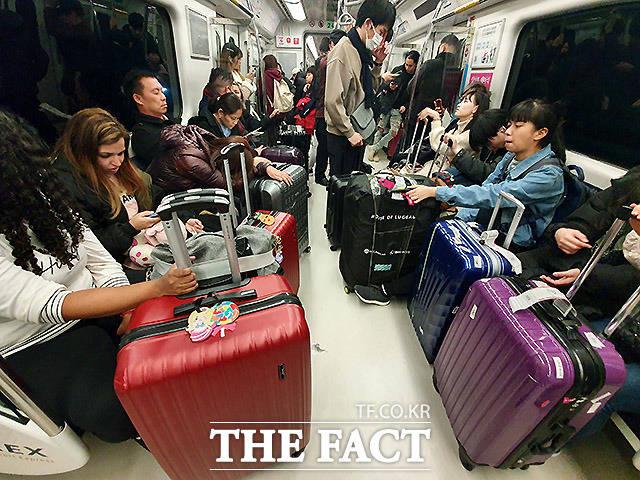 23일 입국 후 공항철도를 탄 외국인들이 코로나19를 의식하지 않은 듯 마스크를 끼지 않고 있다.