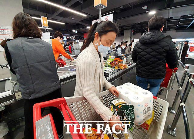 마트에서도 어쩔수 없이 계산원들과 대면을 할 수밖에 없다. 28일 서울 서초구의 한 마트에서 계산을 위해 기다리는 손님들이 가까운 거리에 붙어 있다.