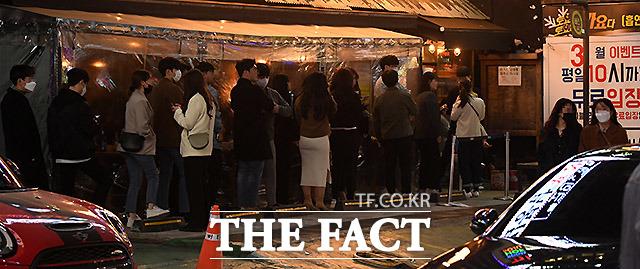 술집에 들어가려 길게 이어진 줄. 알고보니 강남역 일대에서 헌팅포차로 유명한 곳이다.