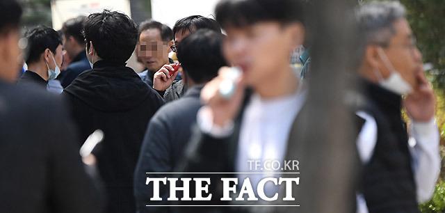 흡연구역에서는 대체적으로 서로 마스크를 벗고 많은 이야기를 나눈다. 27일 상암동 직장인들의 흡연 모습.