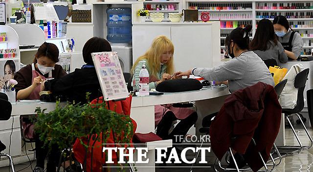 네일아트샵 같은 경우는 서로가 마주보고 이야기하기 때문에 마스크를 쓰는 등의 주의가 더욱 필요하다. 26일 서울 신도림역 부근 지하 상점.