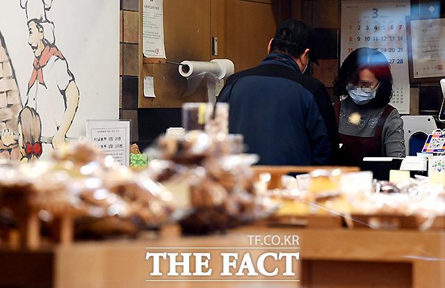 계산시에도 대면접촉을 최대한 피하도록 노력해야 한다. 26일 오후 사당동의 한 빵집.
