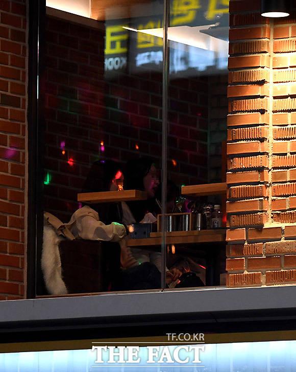20대 여성들이 밀폐된 공간의 술집에서 술을 마시고 있다.