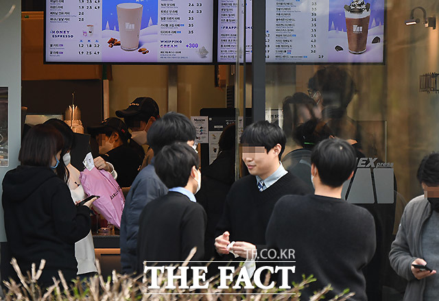직장인의 점심시간은 사회적 거리두기가 쉽지 않다. 25일 오후 서울 상암동의 한 카페.