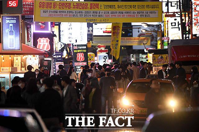 집단간염 주의 현수막에도 불구, 불야성 이루는 27일 금요일 밤의 강남역 일대.