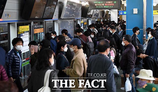 27일 오후, 퇴근을 하는 직장인들이 1호선 신도림역에서 환승을 하고 있다. 신도림역은 유동인구가 가장 많은 역 중 하나다.