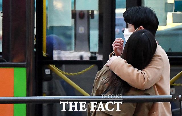 한 연인이 서로를 안은채 버스를 기다리고 있다. 26일 오후 사당역 버스정류장.