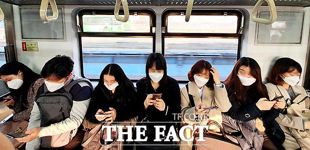 24일 오전 4호선을 타고 출근하는 시민들이 다닥다닥 붙어 앉아 있다. 사실상 지하철은 한 사람 건너 한 사람이 앉기에는 불가능한 구조다.