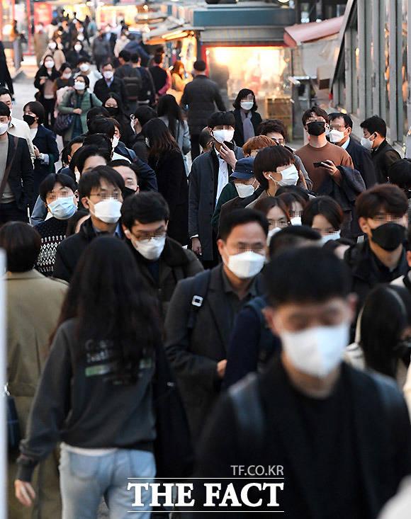 마스크를 쓰고 붙어서 걷는 시민들. 질병관리본부는 사람들과 1~2m 이상의 거리 유지를 권고하고 있다.
