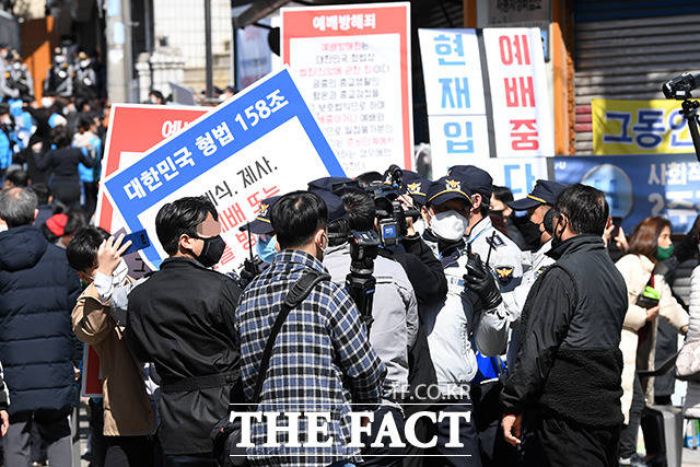 기자와 사진·영상을 찍는 일반인까지 제재를 가하는 신도들.