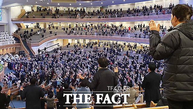 코로나19가 창궐하던 지난달 23일 서초구 대형교회의 예배모습이다. 지금은 서울시의 권고로 대형교회들이 예배를 자제하고 있지만 당시만 해도 많은 사람들이 가까이 붙어 앉아서 불안한 모습이 연출됐다.