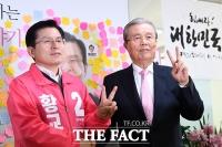 [TF사진관] 김종인, 황교안 만나 '승리의 브이'