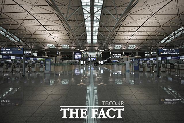 여긴 어디? 지난 4일 인천국제공항 출국장의 썰렁한 모습. 여행객들의 기분 좋은 소음을 들을 순 없었다.