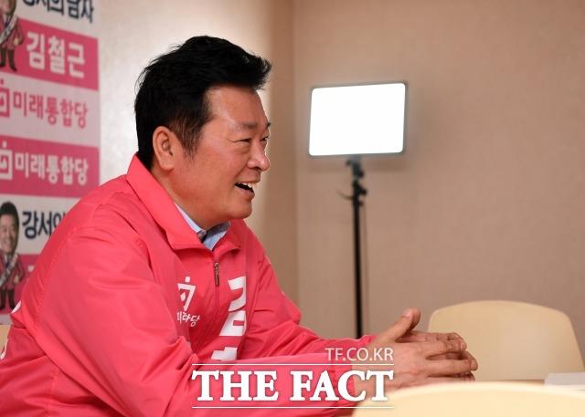 김철근 통합당 강서병 후보가 자신의 정치 여정을 이야기하며 웃고 있다. /임세준 기자